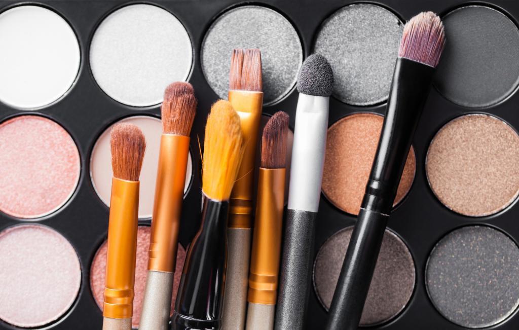 eyeshadow-palette-and-brushes.jpg