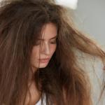 devojka i oštećena kosa