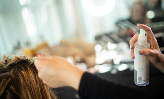 nanošenje parfema za kosu